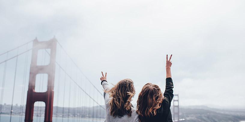 metoder-na-resultat-motivera-peace-segertecken-bro-kvinnor
