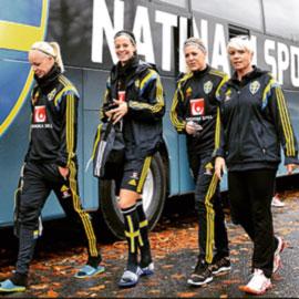 Som före detta lagkapten i fotboll är Mia Törnblom extra stolt över uppdraget för damlandslaget.