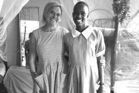 I Kenya sponsrar Eva två flickor. Här med Nadeenya, som skulle ha omskurits och gifts bort som sjuåring om hon inte rymt till flickhemmet.