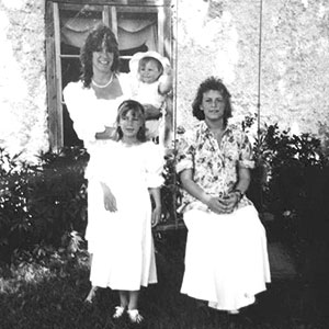 Mamma Stina Stjernberg med sina tre döttrar, Hannah, Amanda och Amelia.
