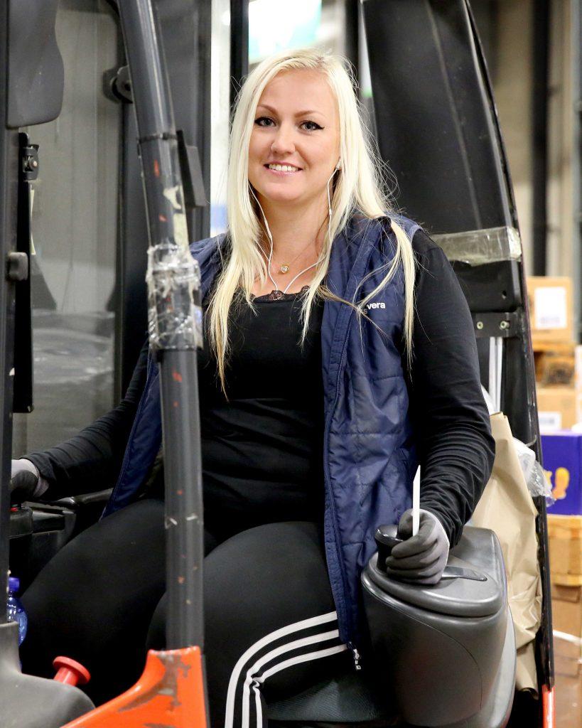I dag har Therese Rejment som jobbar på lagret för restaurangutrustning i Årsta i Stockholm över 200 kvinnliga kolleger. Det är 19 procent av det totala antalet med- arbetare. Målet är 40–60 procent kvinnor inom lagerverksamheten före 2020. Foto: Karina Ljungdahl