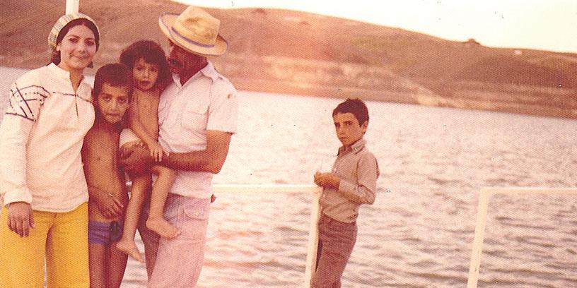 Starka tillsammans. Familjen Esmaeilzadeh innan svårigheterna brakade loss i Iran. Saeid i pappa Naders famn.