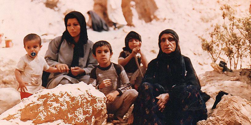 Ashkan i mitten med sina småsyskon Iman och Afsoon, mamma Mariam och farmor i hemstaden Shiraz i Iran.