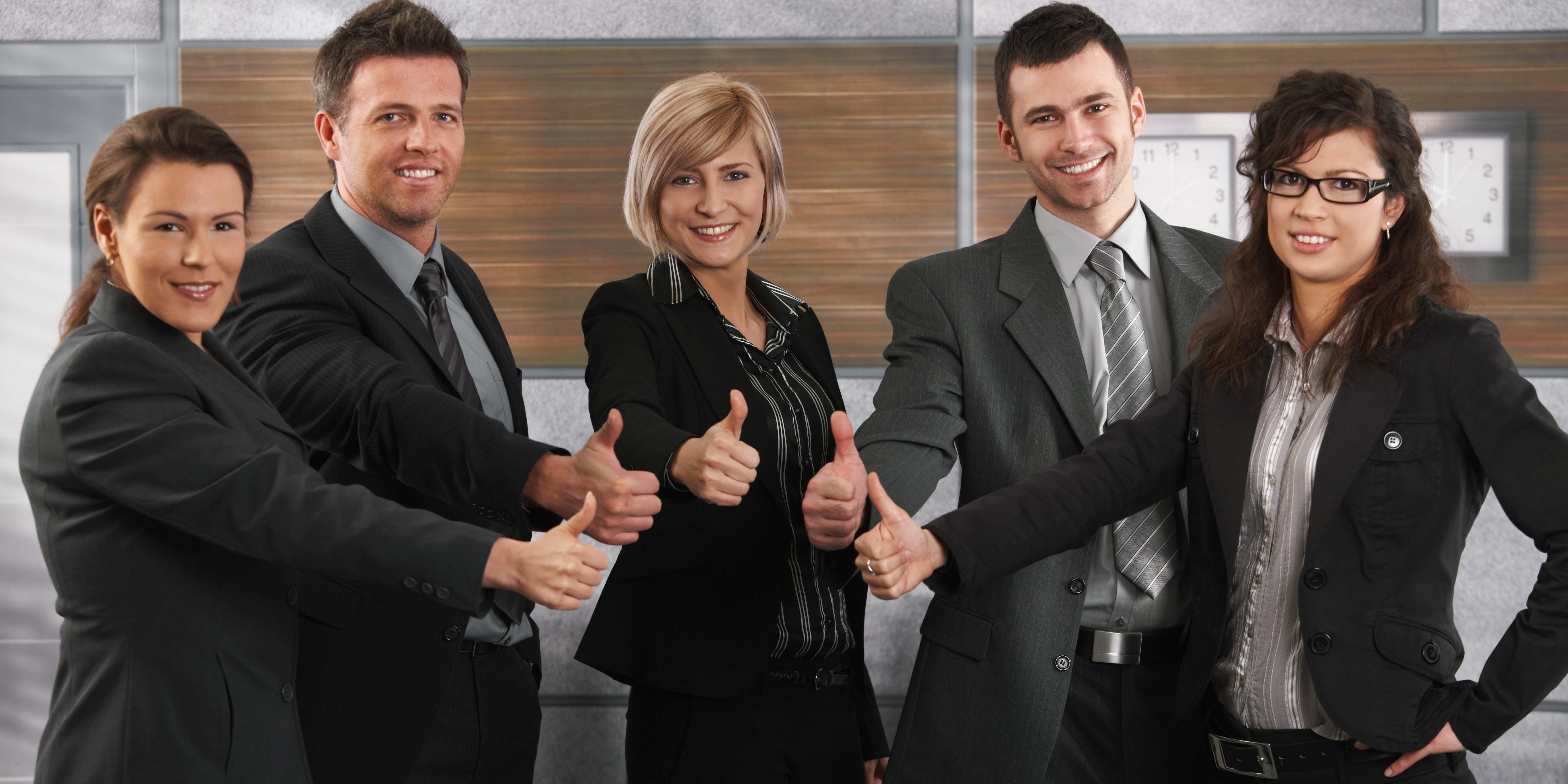 Ta en närmare titt på den här bilden av glada jobbkollegor. Kan du se lönsamhetsriskerna?       Foto: iStock