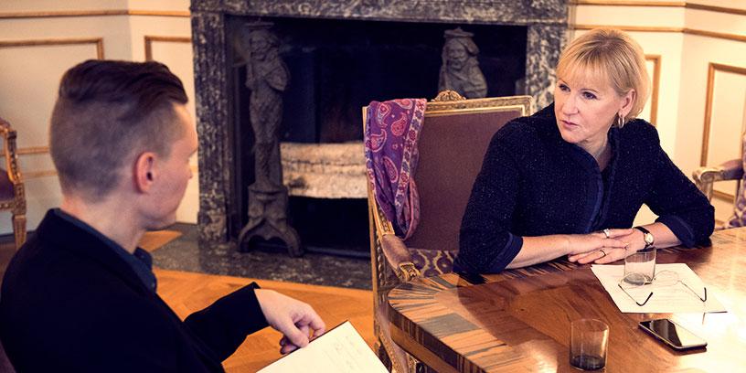 Hur går det till när utrikesministern fattar sina beslut? Margot Wallström i samspråk med reporter Fredrik Emdén. Foto: Karl Nordlund