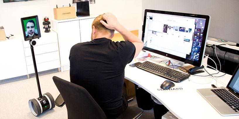Kristoffer Lindvall kan vara med på det mesta som sker på kontoret. Han har bland annat hållit presentationer och fikat på distans. Foto: Anton Hedberg, Borås Tidning