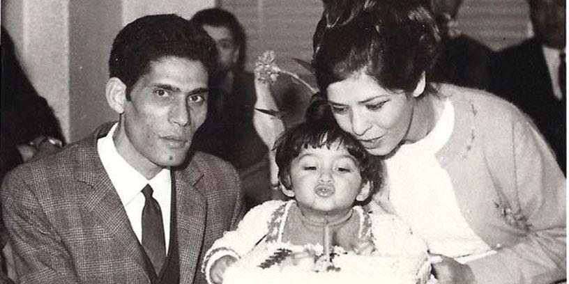 Mamma och pappa uppvaktar Azita på tvåårs- dagen hemma i Teheran.