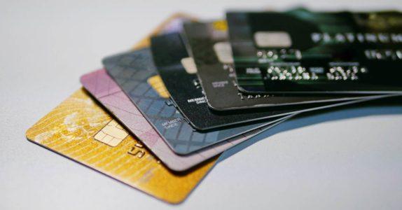 Cartões de crédito com descontos: quantos existem sem anuidade?