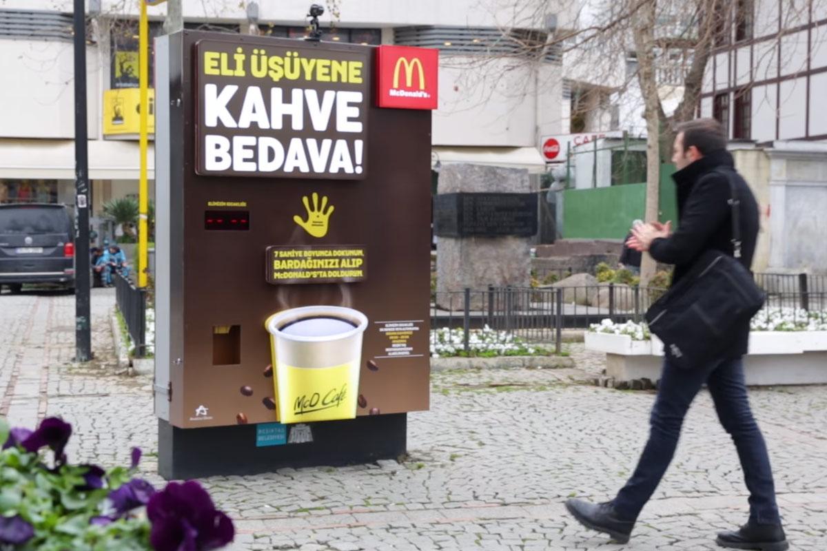 McDonald's, Eli Üşüyenlere Ücretsiz Kahve İkram Ediyor