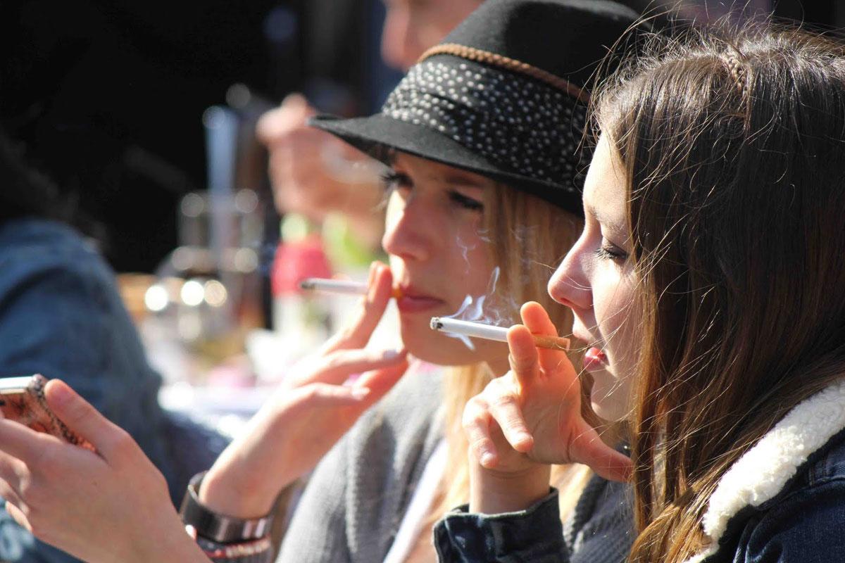 İsveç'te Kafe ve Restoranların Açık Alanlarında Dahi Sigara İçilemeyecek