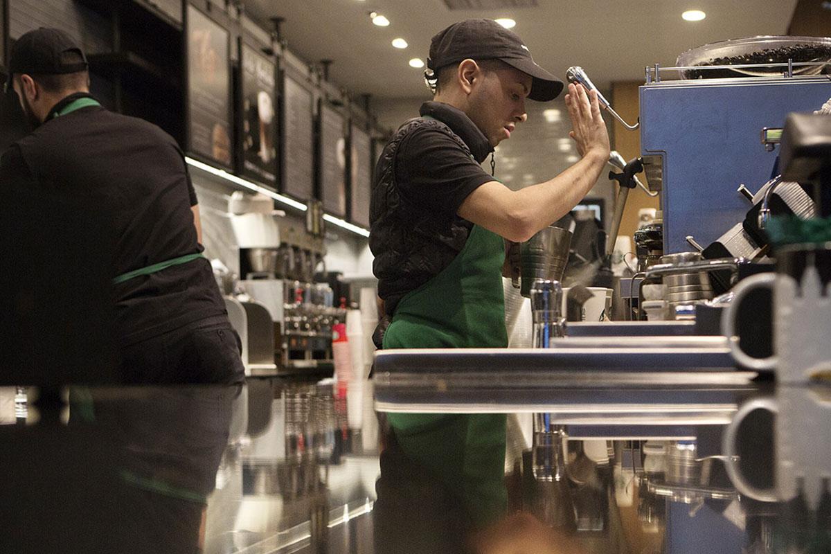 Starbucks Baristası, Şirkette Kahve Dükkanı Deneyiminin Öldüğünü Söylüyor