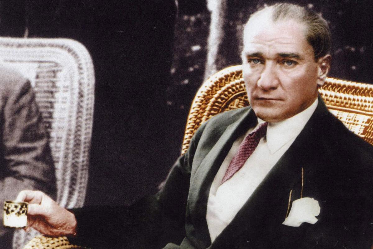 Atatürk'ün Urla'da Kahve İçtiği Yeri Restore Edip Heykelini Yaptırdı