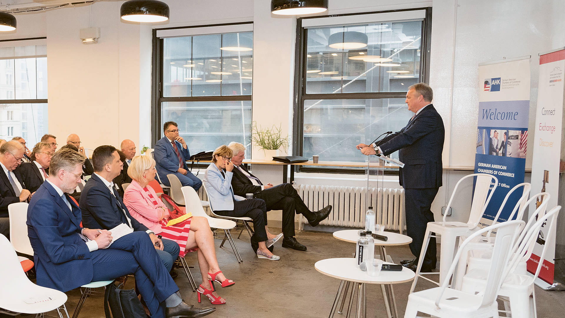 "Dietmar Rieg, Geschäftsführer der AHK New York, am Rednerpult des ""Transatlantic Dialogue on Data-Driven Innovation"""