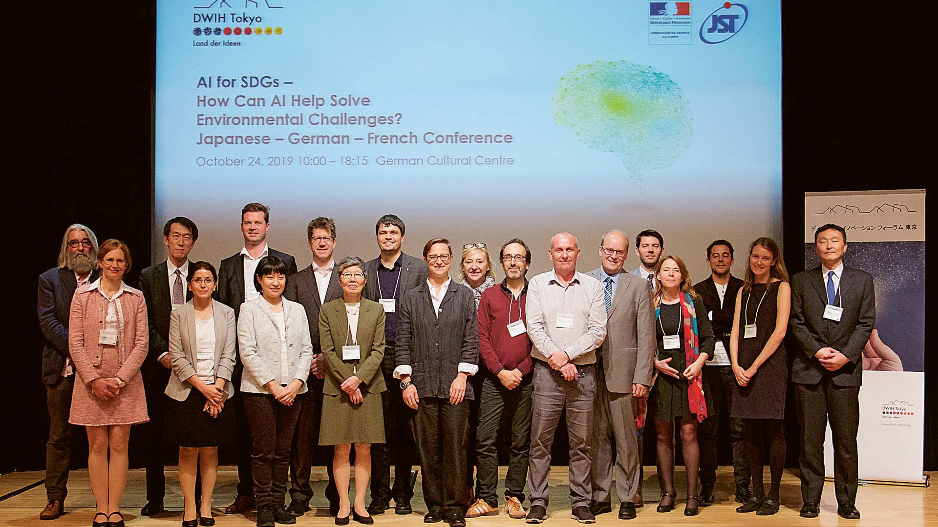 """Gruppenbild zur japanisch-deutsch-französischen Konferenz """"KI und SDGs"""""""