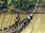 Okullar açılırken Endonezya'daki en tehlikeli okul yolu... Bilgiye... Işığa giden ölüm yolu...