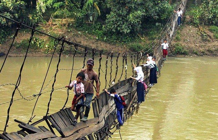 Okullar açılırken Endonezya'daki en tehlikeli okul yolu… Bilgiye… Işığa giden ölüm yolu…