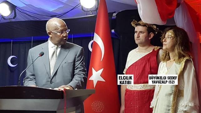 Uganda Büyükelçimiz ve yardımcısı Cumhuriyet bayramında Helen ve Zeus kılığına girdi, ülkeye geri çağrıldı! Akıllarda tek soru: Neden Yunan?