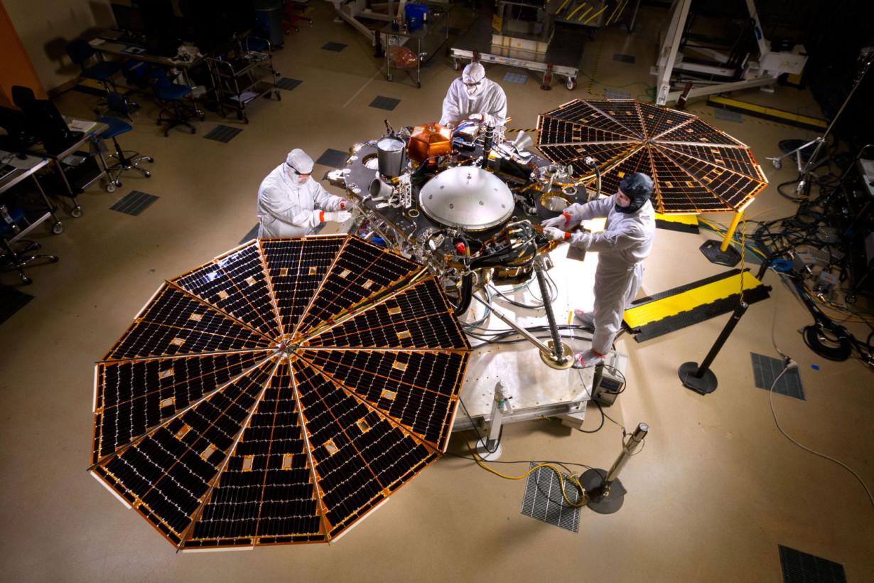 NASA'nın gönderdiği InSight keşif aracı başarılı bir şekilde iniş yaptı ve güneş panellerini açtı