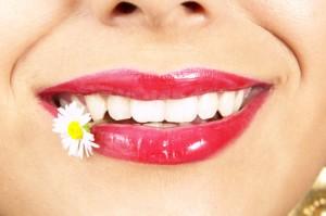 Frau jung mit Süßigkeiten zwischen den Zähnen, detail