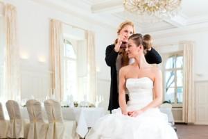 Friseurin steckt einer Braut die Frisur