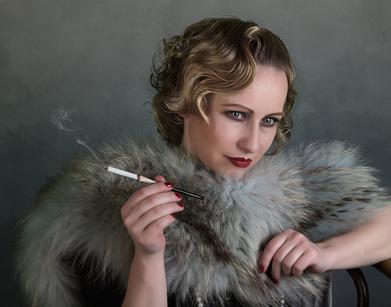 Frauenportrait im Retro-Look im Stil der 1920er Jahre