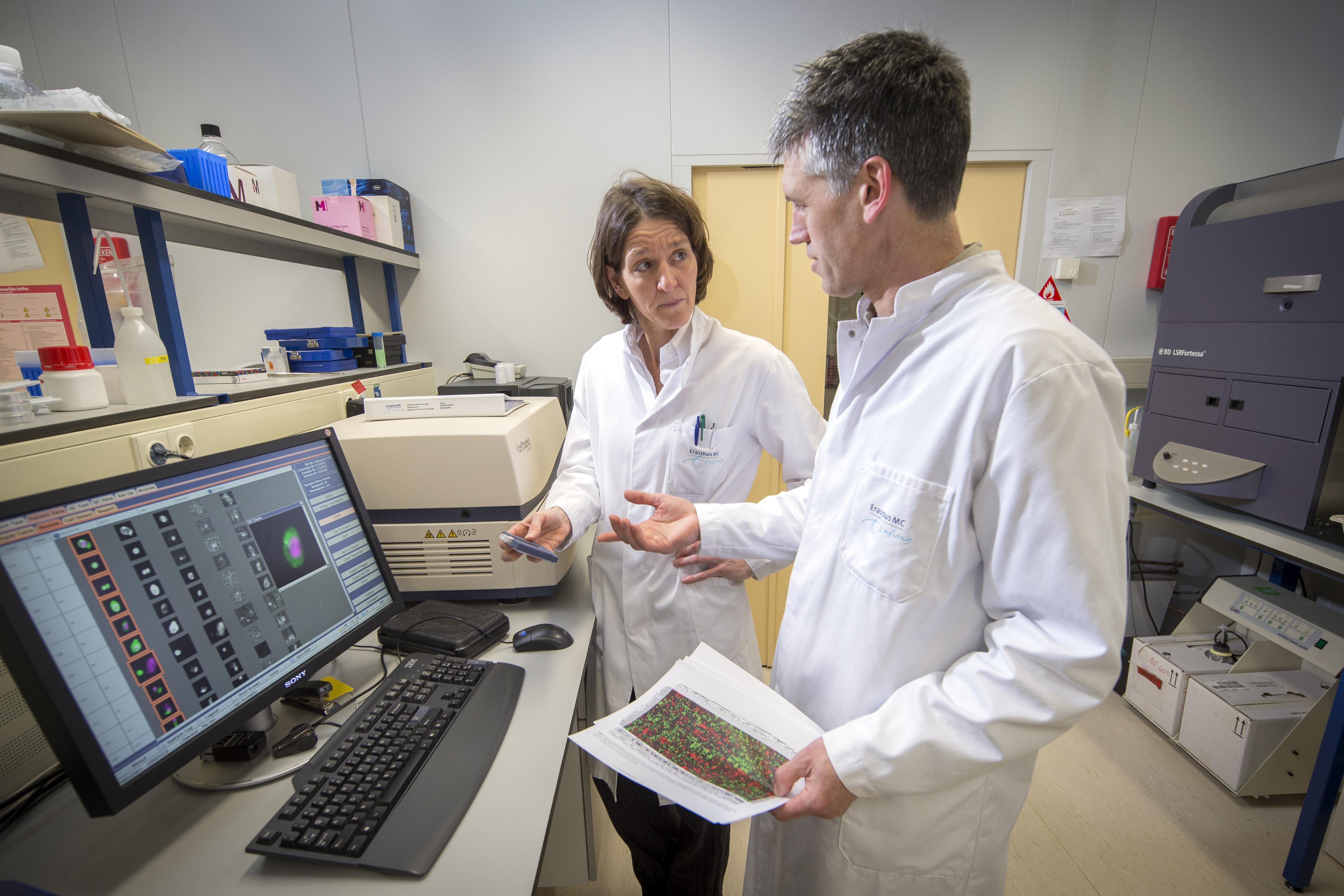 internist-oncoloog Agnes Jager en onderzoeker John Martens