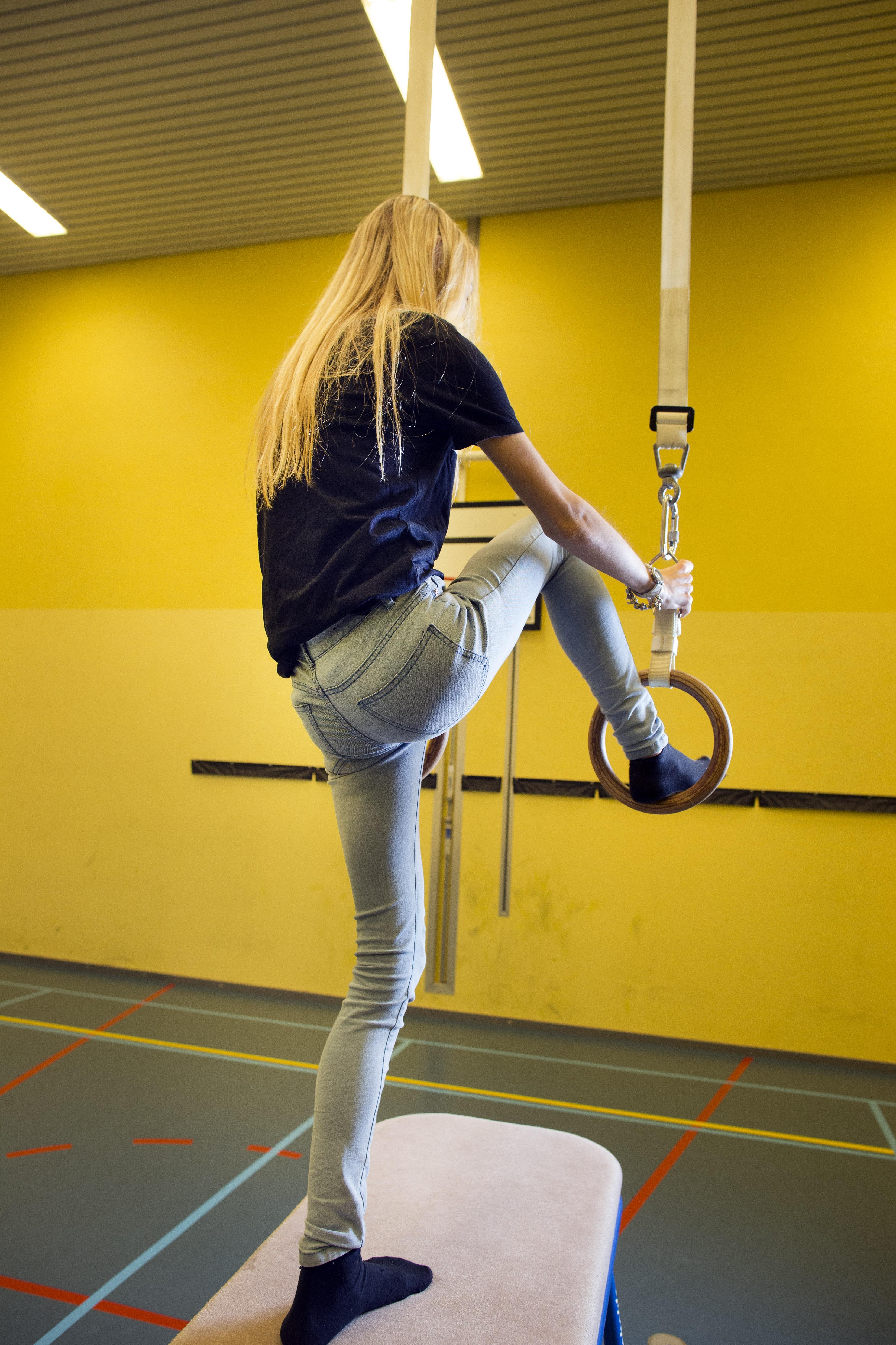 meisje met anorexia doet bewegingsoefening