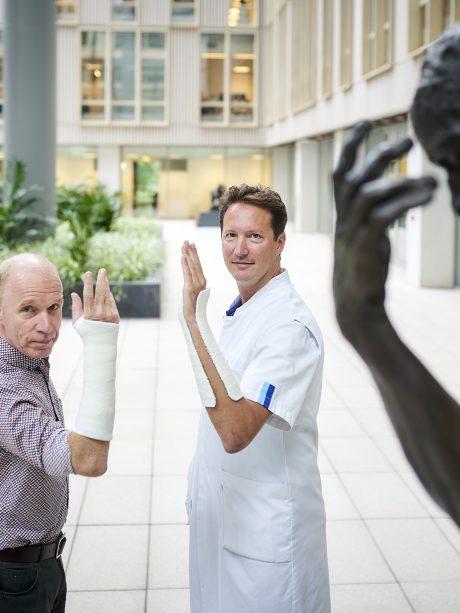Max Reijman (l) en Joost Colaris tonen het verschil tussen circulair (l) en spalkgips.