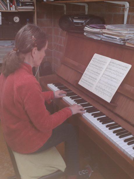 Mia achter de piano
