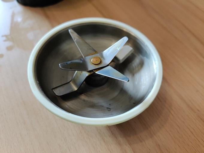 Ein Bild, das Tisch, Boden, Tasse, Löffel enthält.  Automatisch generierte Beschreibung