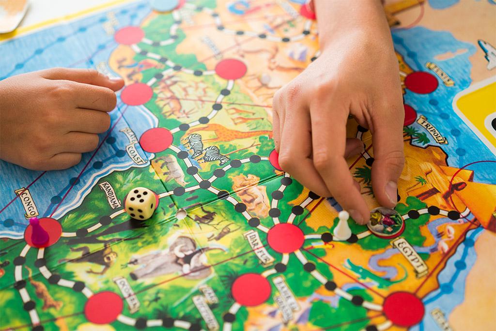 Leea Mattila luennoi arkisesta vanhemmuudesta. Kuvassa pelataan Afrikan Tähti-peliä.