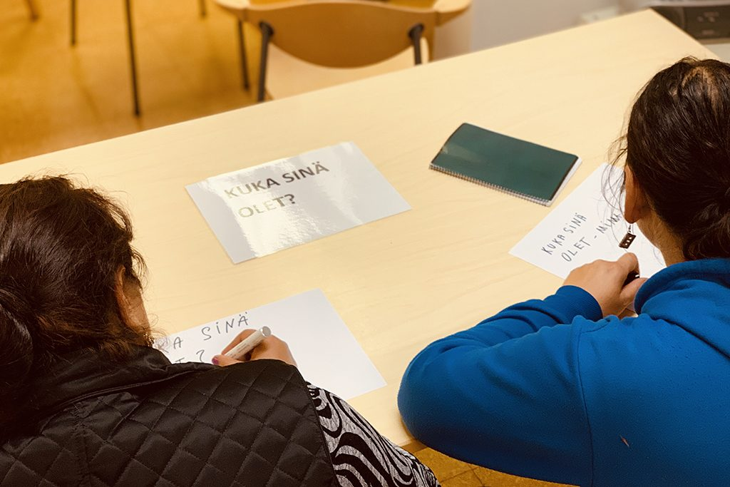 Kuvassa on kaksi itäeurooppalaista romaninaista opiskelemassa suomen kieltä Helsingin Diakonissalaitoksen romaneille suunnatun hankkeen valmennuksessa. Yhteisötoiminta ja osaaminen.