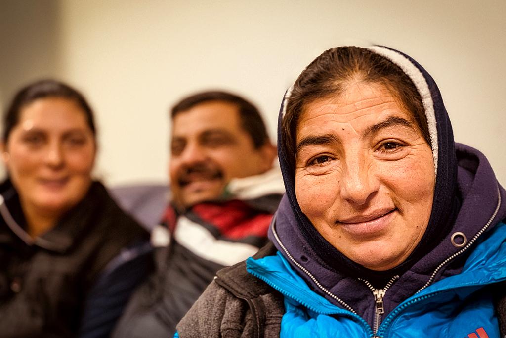 Kuvassa on kolme Romanian romania, kaksi naista ja yksi mies.