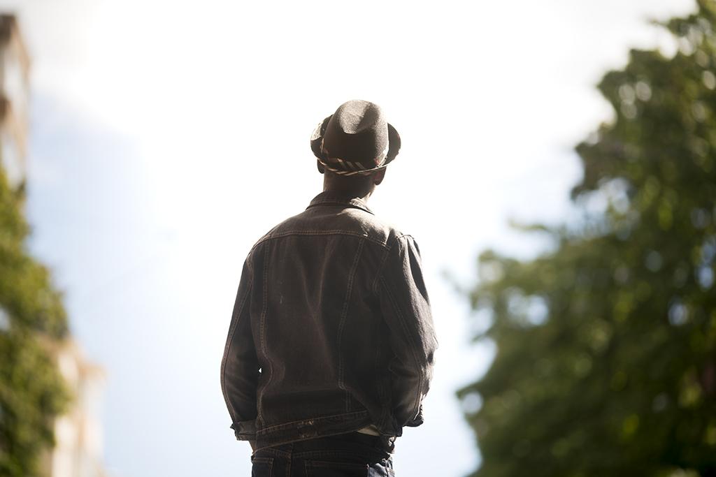 Vamos Akatemia tutkimukseen perustuvaa toimintaa. Kuvassa yksinäinen nuori mies.
