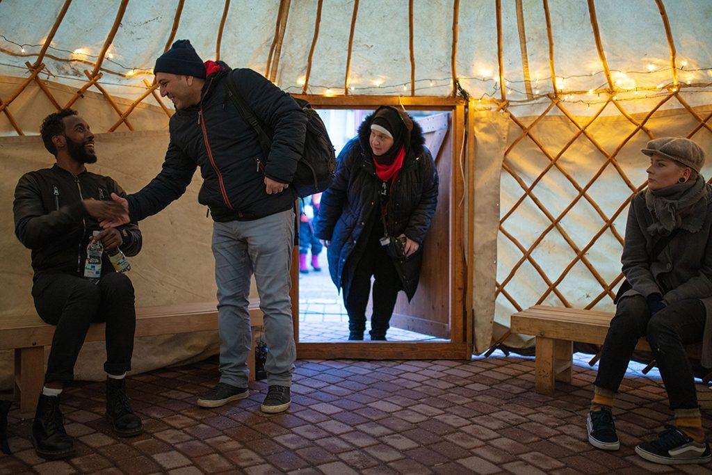Ihmisiä saapuu jurttaan keskustelemassan helmikuun 2019 Rauhanpaikka-dialogeihin.