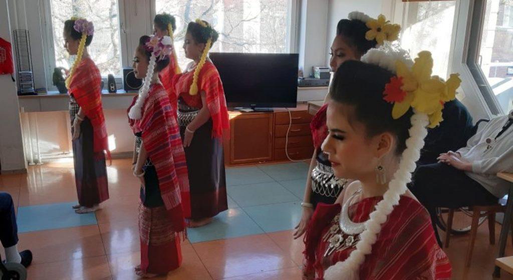 Thai-tanssin tunnelmaa vapaaehtoisten voimin Alppituvassa