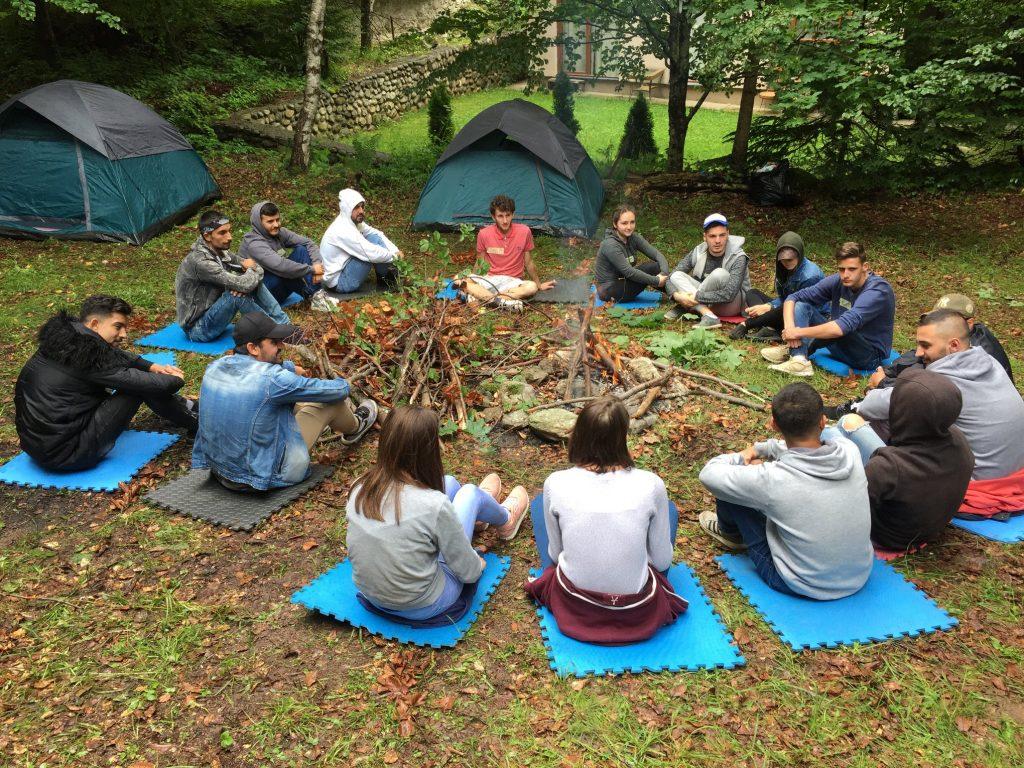 Nuoria Sovinnon leirillä Kosovossa oppimassa toisiltaan Diakonissalaitoksen projektissa.