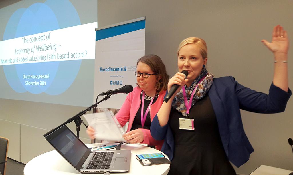 Isabella Taipale ja Katri Angeria esittelevät Diakonissalaitoksen toimintaa Eurodiaconian seminaarissa 5.11.2019