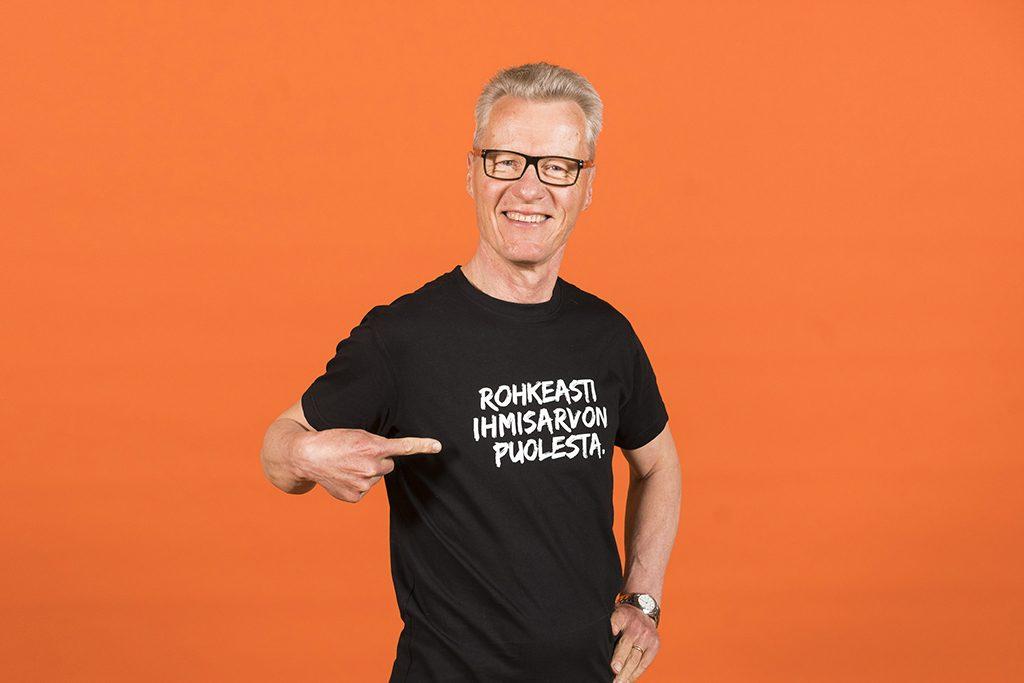 Diakonissalaitoksen toimialajohtaja Ilkka Kantola. Hänen paidassaan on teksti Rohkeasti ihmisarvon puolesta.
