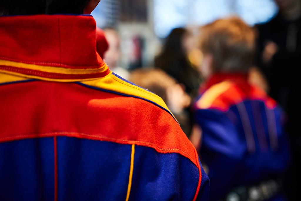 Kuvassa ihmisiä saamelaisten kansallispuvuissa viettämässä saamelaisten kansallispäivä 16.2.2019.