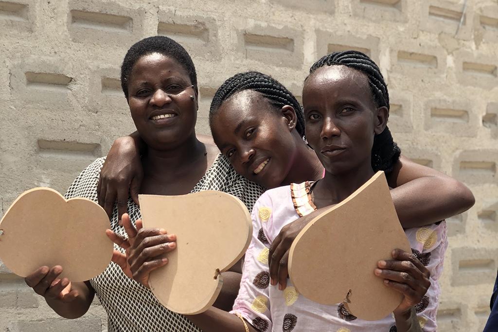 Kuvassa on kolme nuorta namibialaista naista.