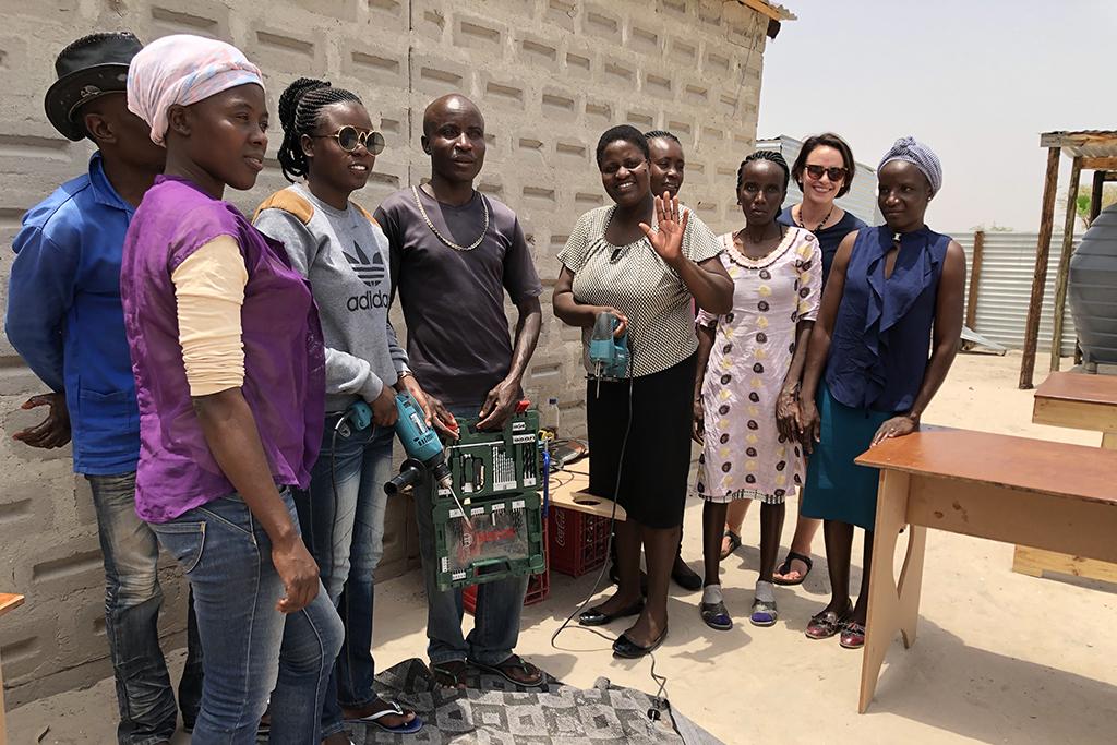 Kuvassa on ryhmä namibilaisia nuoria yhdessä projektikoordinaattori Christina Nybackin kanssa.