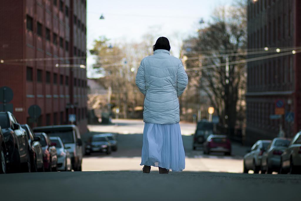 Kuvassa romanialainen romaninainen kävelee kadulla.