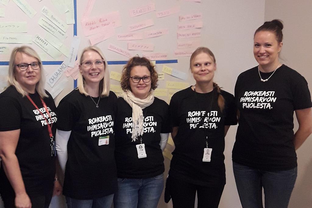 Kuvassa on viisi Yhdessä osallisuuteen -hankkeen valmentajaa Rovaniemeltä.