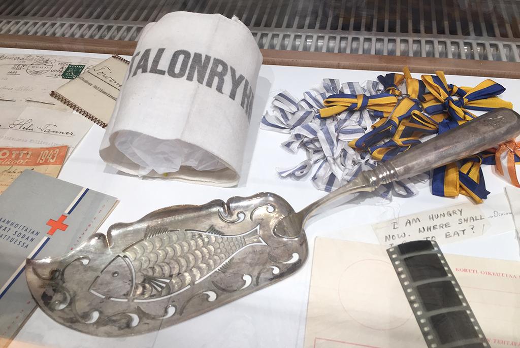 Erilaisia tavaroita museon vitriinissä. Keskellä kalaveitsi, jonka Carl Bartram-niminen mies halusi lahjoittaa Diakonissalaitokselle.