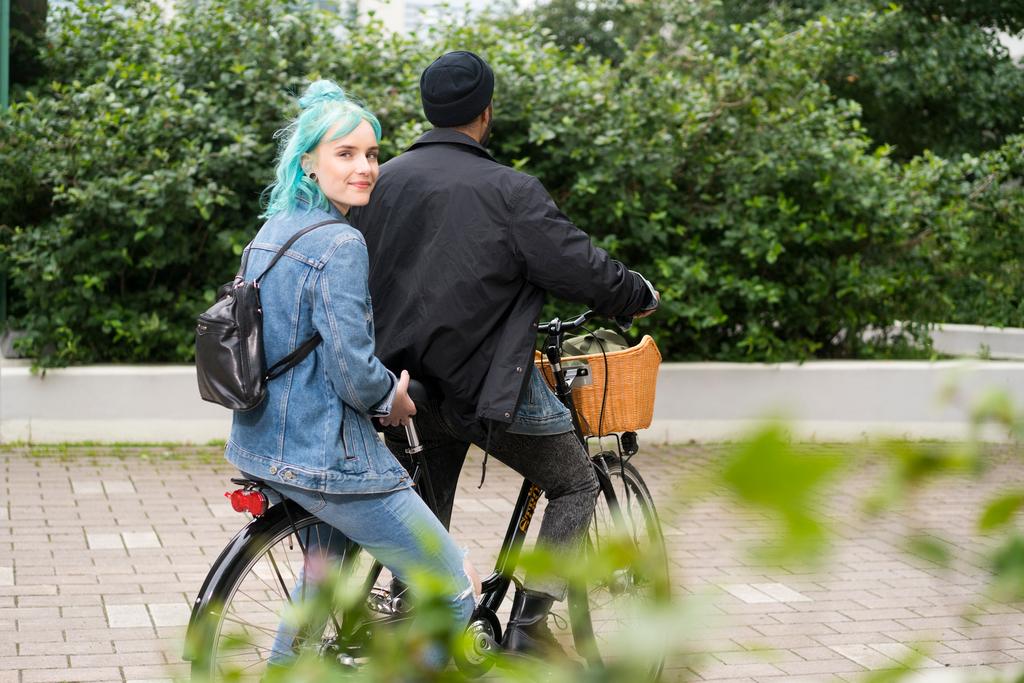 Nuori mies ja nainen ajavat polkupyörällä. Ehkä oma Nuotti-valmentaja odottaa?