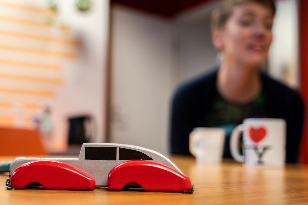 Kontulan D-asema: taustalla nainen juo kahvia, edessä leikkiautoja.