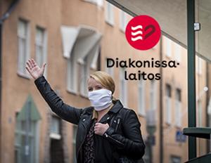 Naisella on valkoinen maski kasvoilllaa. Kuvassa on Diakonissalaitoksen logo.