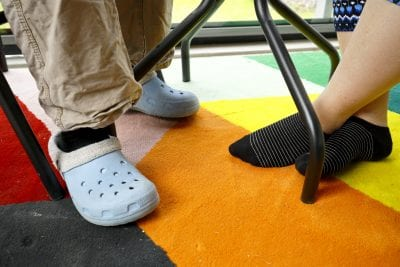 Jalat värikkään maton päällä