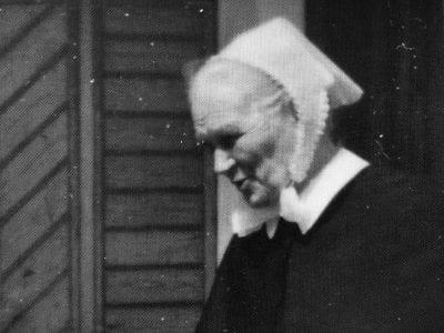 Mustavalkoinen kuva sisarpukuun pukeutuneesta Sisar Ainosta.